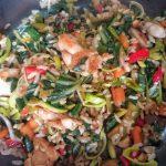 Wok di verdure saltate con riso e pollo